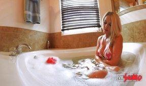 VR Virgin Caught BATHING - VOYEUR